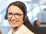 Junge Frau mit Headset, Beraterin des Kundenberatungscenter der Bank 1 Saar